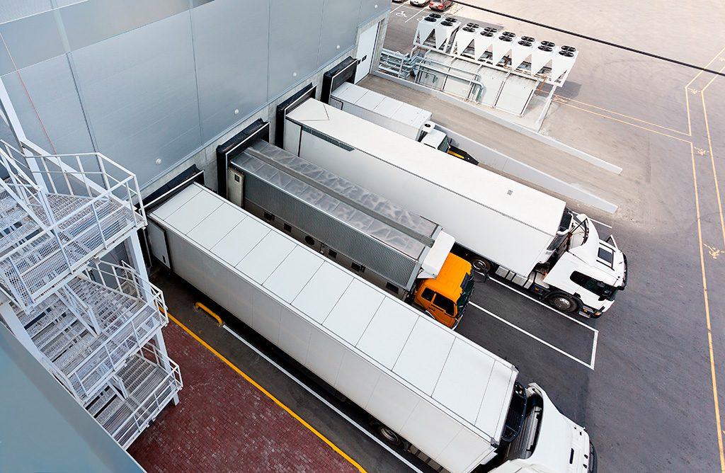 Caminhões em uma transportadora